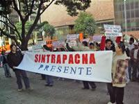 Orlando Romero porta la pancarta de Sintrapacna